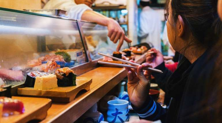 Mangia 100 piatti di sushi in pochi minuti: l'all-you-can-eat lo caccia