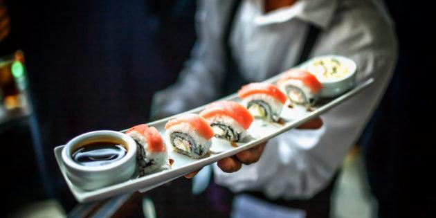 Milano, ristorante offre sushi gratis in base al numero di follower su Instagram
