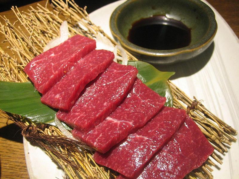 Basashi, la carne (cruda) di cavallo tanto in voga in giappone
