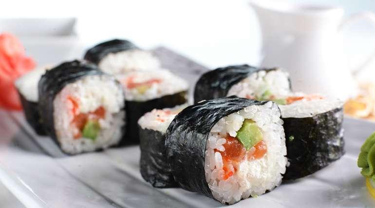 Come arrotolare il sushi roll?